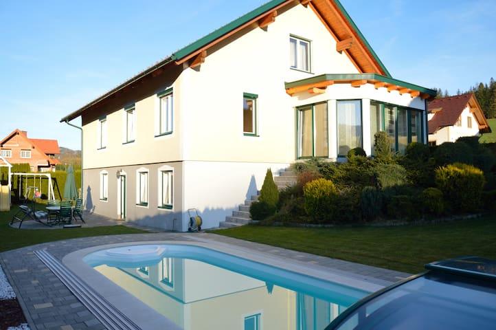 Ferienhaus mit Pool eigener Terrasse sowie Grill