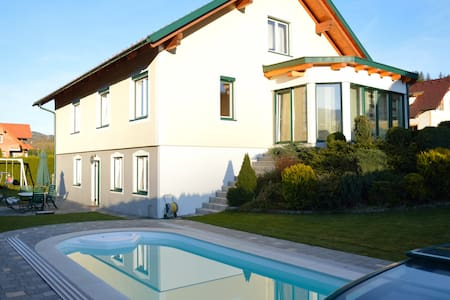 Ferienhaus mit Pool eigener Terrasse sowie Grill - Hessenberg