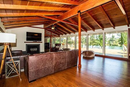 Luxury Riverside Home & EZ I-5 Exit #670 Romantic!