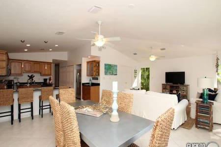 5-Star Canal Front Beach House with Private Dock! - Key Colony Beach - Casa