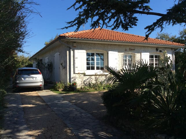 Garden apartment 10 mins beach/La Rochelle centre