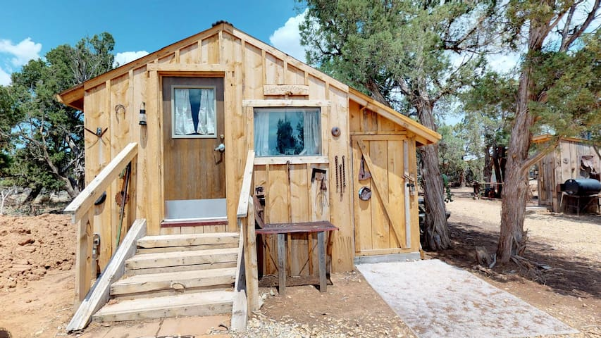 Harvest Moon Glamping Cabin, Western Styled and Secluded.