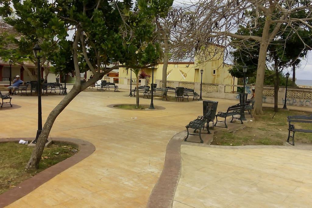Estupendo parque frente al hostal.