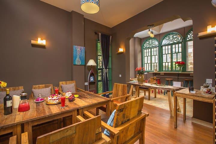 [晴天美宿]丽舍咖啡旅馆 小而美 整栋5房10人聚会 百年中心老菜街 美食购物都方便 自助厨房