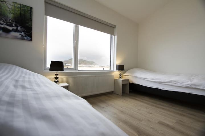 Cozy and Comfortable Twin Room with a Shared Bathroom - close to the Blue Lagoon and KEF Airport
