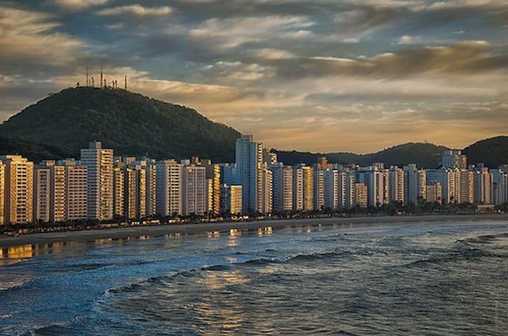 Townhouse a 100mt da areia, Astúrias - Guarujá.