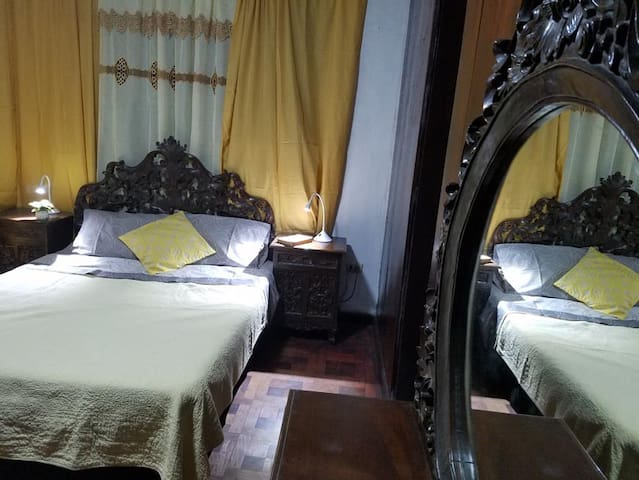 Bed/bath with garden balcony on a market street - Manila - Huis
