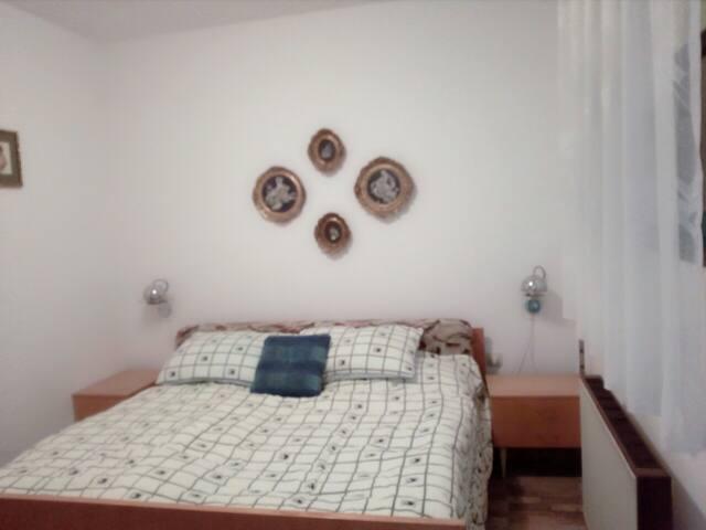 Soba sa francuskim  krevetom, posebnom ulazom i sopstvenom kupatilom,cen grejanje na gas,wf,tv