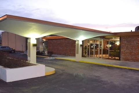 Cascades Inn Men's Hostel Bed, w/breakfast! Near IU