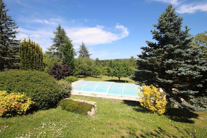 Annexe avec grand jardin, piscine et veranda