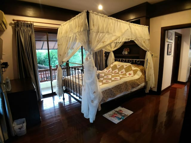 A room w/balcony by Ping river (for2persons)