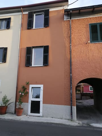 Casa su tre piani con ingresso sotto l'arco. House of three floors with entrance under the arch