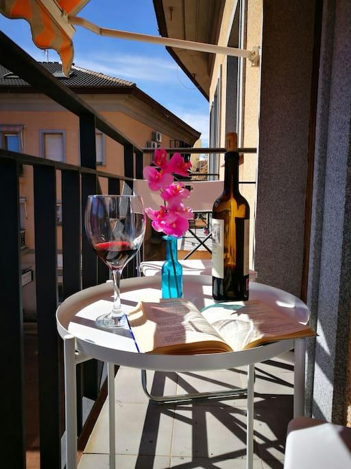 Disfrutar debun desayuno, una copa de vino, café... en este balcón, será un placer.