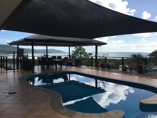 Whitsunday Sea views in our beautiful home. - Cannonvale - Casa