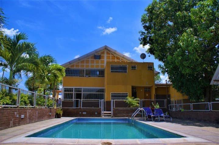 Casa Vacacional con piscina, clima de montaña.