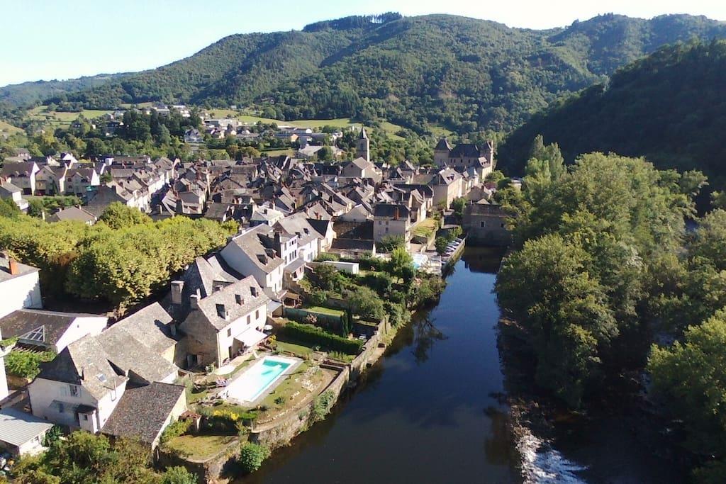 En bordure de rivière et au centre du village
