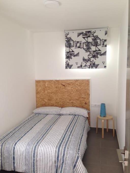 Habitación principal con cama de 1.35m y armario. Muy luminosa