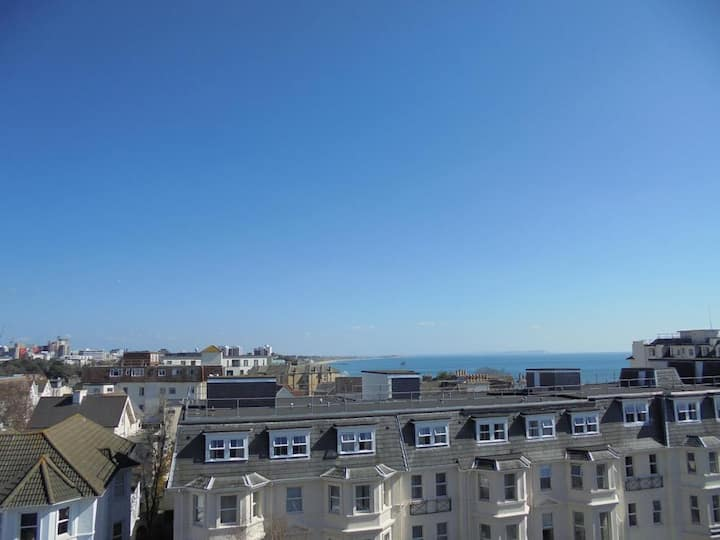 Sunny penthouse apartment 250m from the beach