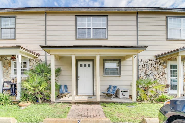 Breezy townhouse right down the street from the beach & close to restaurants!