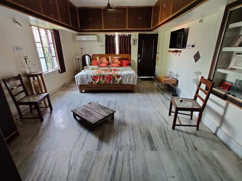 Odia home, Stone's throw away from the Airport.