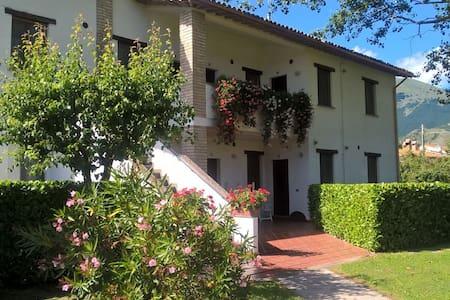 Appartamenti in tranquillo casale di campagna - Sigillo - Apartment