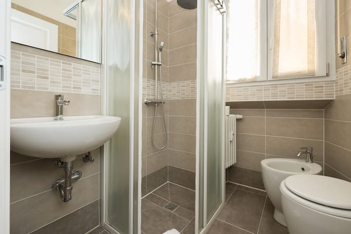 BAGNO CON DOCCIA BATHROOM WITH SHOWER
