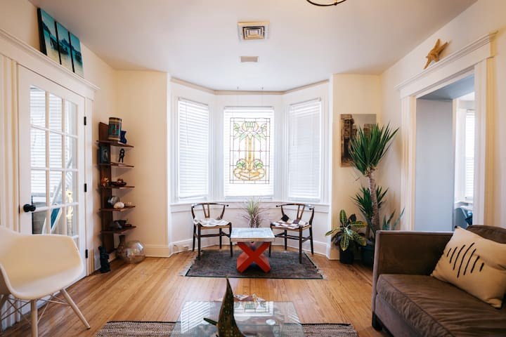 Beautiful, Sunny Bungalow - 10 mins to Times Sq.