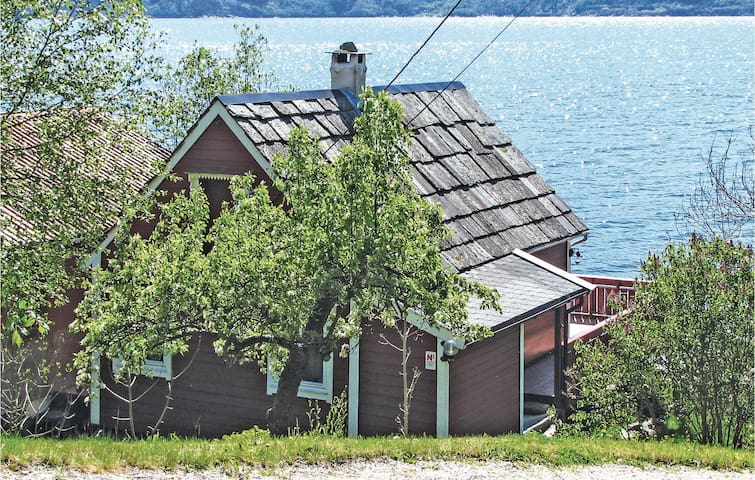 Holiday cottage with 2 bedrooms on 37m² in Ålvik
