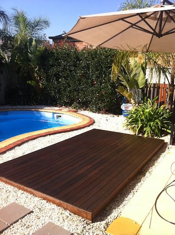 Sunbathing deck with a adjustable umbrella