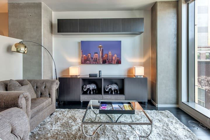★ ★ 1BD,Beautiful Suite, Even Better Location ★★