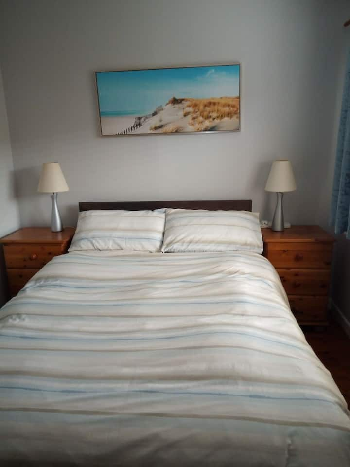Warm comfortable room 15-20 minutes from airport