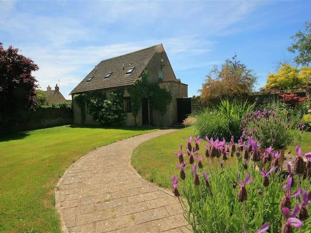 TEMPLE MEWS, country holiday cottage in Broadwell, Ref 988681