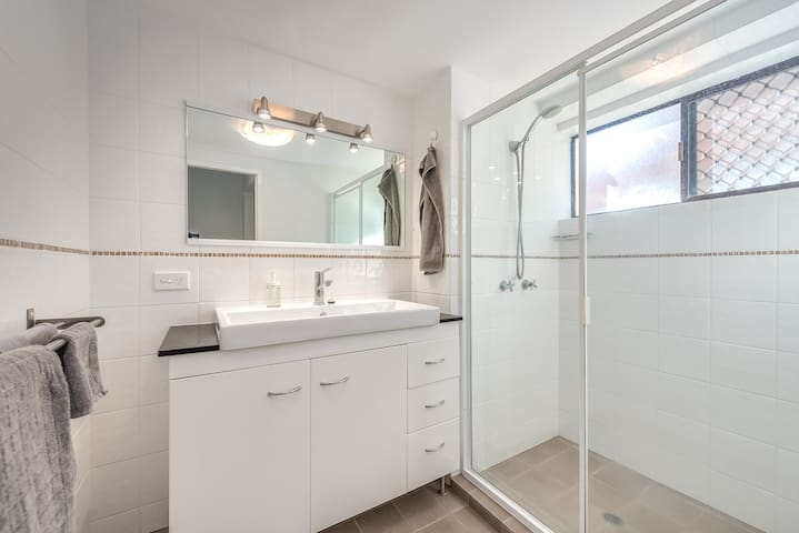 Immaculate bathroom features great lighting for Make-up or Contact lenses.
