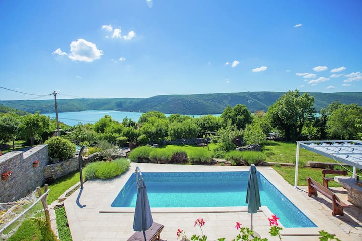 Charming villa on Istria's east coast, with swimming pool and beautiful sea view