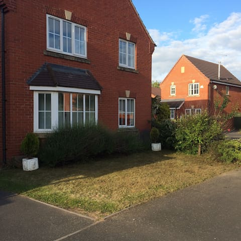 En-suite double-close to Rugby train station.