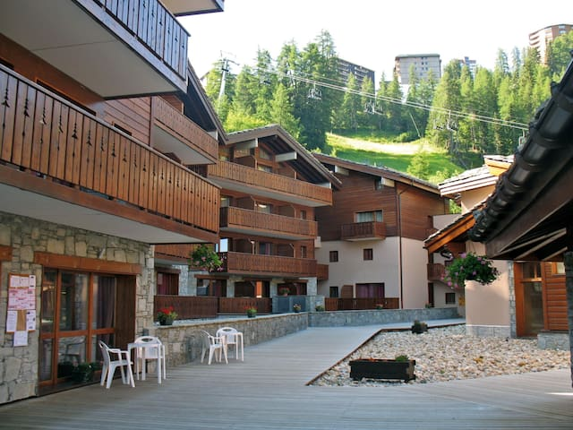 Holiday apartment just 20m from the ski-run, w/ shared indoor pool