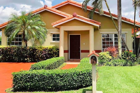 ❤️TROPICAL OASIS❤️Sleeps 12 Near malls/airport/hwy