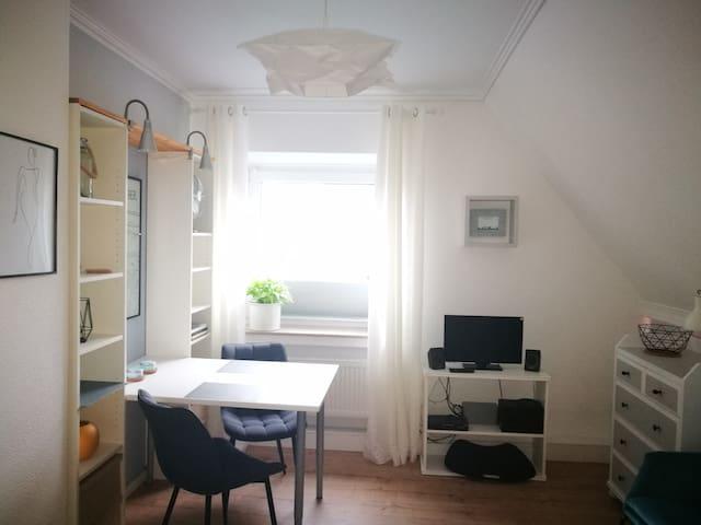 Freundliches Zimmer mit Küche und eigenem Bad