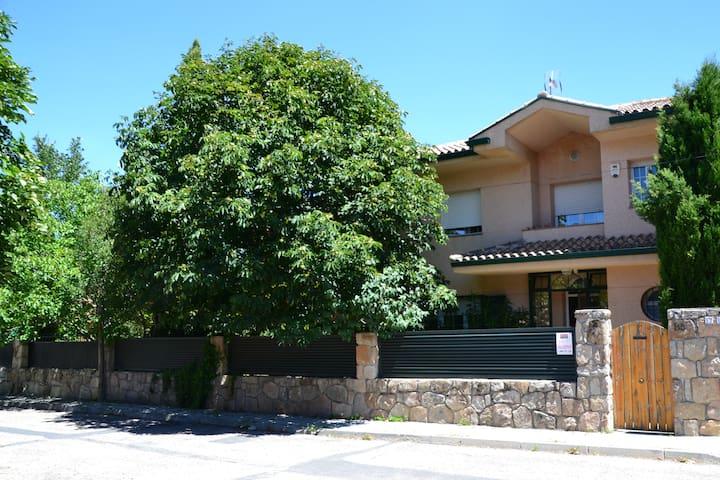 Chalet con jardín 1000 m2 en Becerril de la Sierra