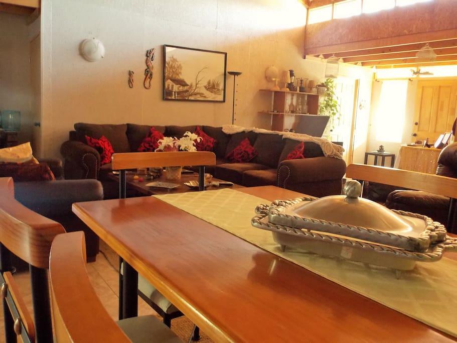 Espacios comunes comedor y sala de estar.