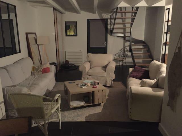 Le salon avec l'escalier qui monte aux 2 chambres du haut