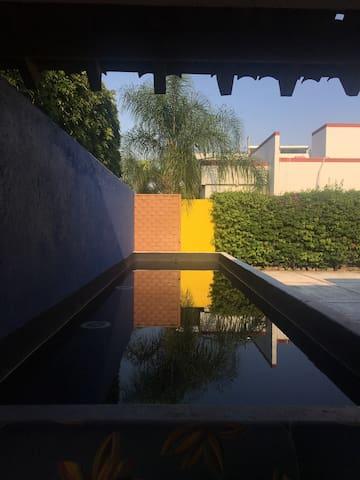 Espejo de agua en la entrada de la casa.