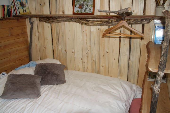 """La petite chambre """"le Nid d'Azur"""" : une ambiance de cabane perchée extra pour les amoureux (matelas de qualité et très récent en 120cm) En communs: une douche et un WC-lavabo."""