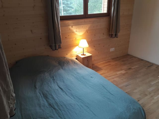 chambre aubépine avec lit 140 X 190 : pour 2 personnes, avec table et grande penderie