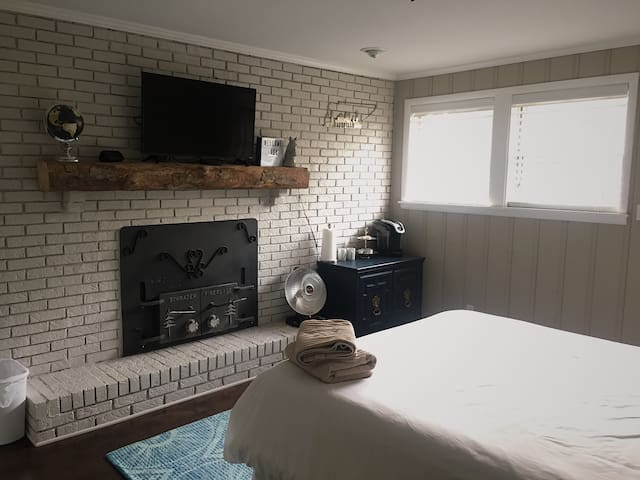 Private & quiet bed/bath in Shared Home