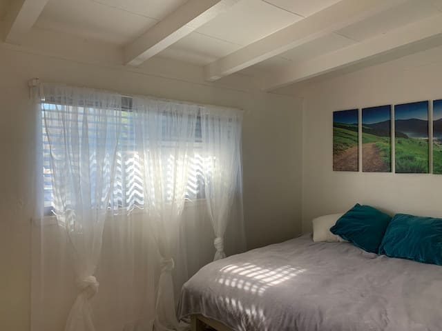 Private room with bathroom. 35 min from San Fran.