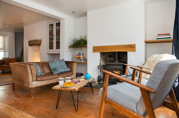 Stylish and Charming Coach House - Callington - Rumah