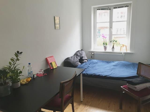 Cozy Room in Bright Apartment Winterhude