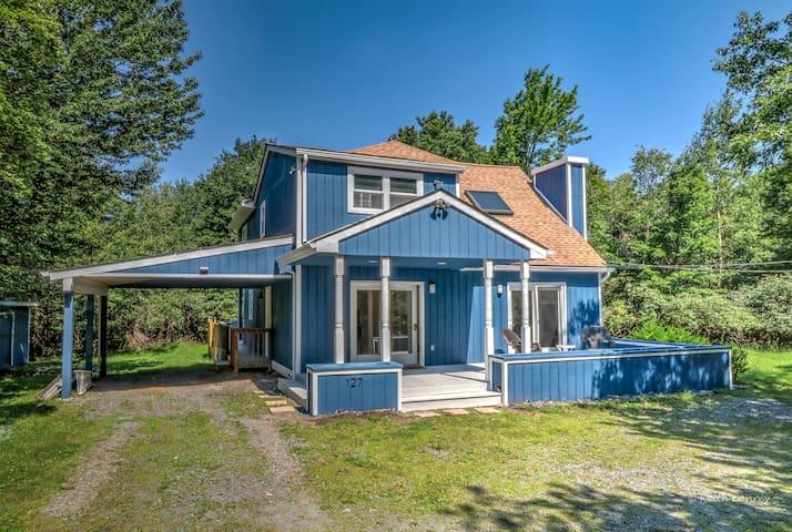 Gorgeous Renovated House w/Jacuzzi & Canoe