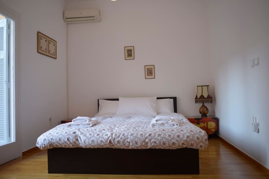 Master bedroom with a comfy double bed (140x200)+access to 2nd balcony